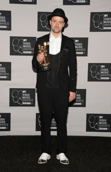 2013 - Winning awards at the Video Music Awards in black & white attire