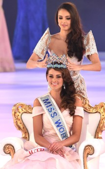 Former Miss World 2013, Megan Young, crowning Miss South Africa, Rolene Strauss, as Miss World 2014