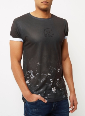 River Island, €25 - Black Panther Hem Print T-shirt http://eu.riverisland.com/men/t-shirts--vests/print-t-shirts/black-panther-hem-print-t-shirt-299327